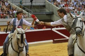 Pablo, sobre 'Botero', cede un par de cortas a su hijo Guillermo, que monta a 'Pirata'.