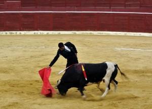 Derechazo de Salvador Barberán al segundo de la tarde.