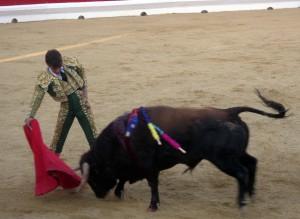 Derechazo de Javier Marín al quinto de la tarde.