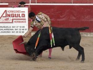 El tercero de Pincha, 'Tunante', tomando la muleta del mexicano Rivera. Fotografía: Luis Miguel Ortega.