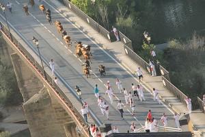 Imagen aérez del comienzo del encierro dle puente en Peralta. Fotografía: ahorazonamedia.com