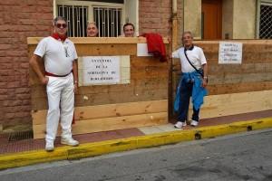Los vecinos han colocado mensajes de protesta en los burladeros.