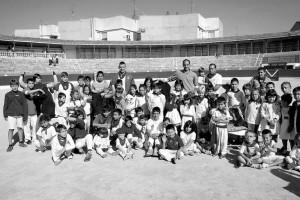 Los niños que participaron en la clase de toreo con Alberto Álvarez en la plaza de toros de Corella. Fotografía: A. Jiménez.