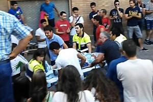 El herido es llevado a la ambulancia para ser trasladado al Complejo Hospitalario de Pamplona.