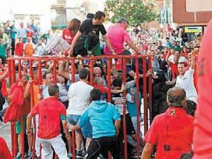 El olitense es corneado (derecha) y el presidente riojano, Pedro Sanz, lo contempla tras los barrotes junto al mozo de rojo, a la izquierda.