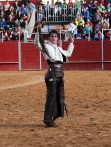 Armendáriz pasea en triunfo el primero de los dos rabos que consiguió cortar en Ágreda.