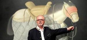 Fernando Botero frente a una de sus obras.