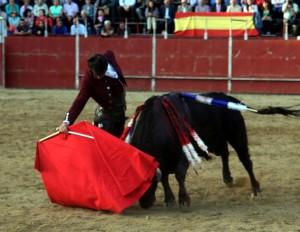 Derechazo de Roberto Armendáriz al quinto, un bravo sobrero de Jandilla. Fotografía: Justino Armendáriz.