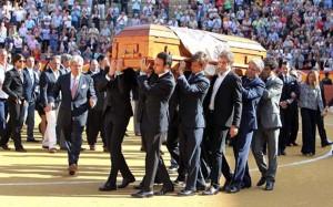 Entre El Juli y Espartaco, Hermoso de Mendoza porta el féretro de José María Manzanares.