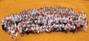 Doscientos ochenta y ocho corredores posaron en el ruedo con la camiseta que luce el lema FuerzaOrlando.