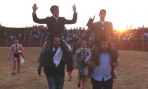 Armendáriz, saliendo a hombros en Villaviciosa de Odón junto a Lea Vicens.