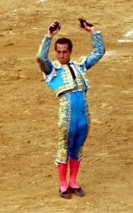 1.Iván Fandiño muestra en triunfo las dos orejas conseguidas del tercero de la tarde en Estella.