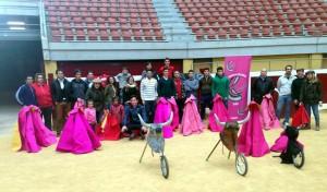 El pamplonés Expósito, primero por la derecha, junto a los participantes en el curso de toreo de salón en Logroño.