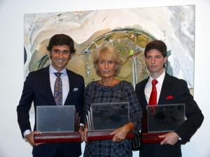 : Los premiados, Pérez Mota, Isabel Lipperheide y Ángel Jiménez, con sus respectivos trofeos. Fotografía: Blanca Villabona.