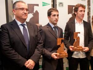 Javier Castaño y Pablo Hermoso de Mendoza -premios Ciudadela 2012- junto al alcalde de Pamplona, Enrique Maya.