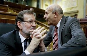 Rajoy parece escuchar a Wert en el Congreso.