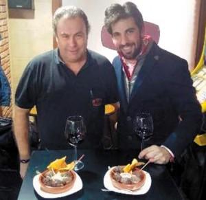 Roberto Armendáriz en el bar La Bodeda junto a uno de sus propietarios, Julián Amatriain.