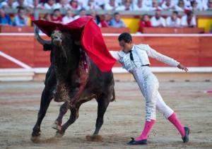Pase de pecho de Bolívar al segundo de Miura en Pamplona, al que le cortó una oreja.
