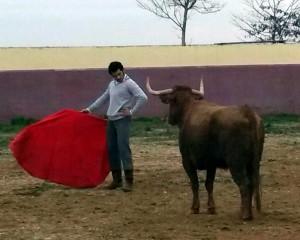Expósito cita a la seria vaca que le cayó en suerte. Fotografía: Perico Rebota.