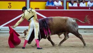 Natural de Fernández a 'Olivito', el sexto de Miura y el mejor toro de la pasada feria pamplonesa.