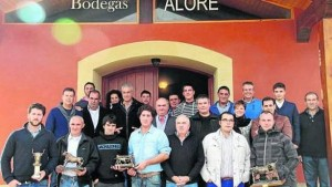 Los premiados de la feria taurina de Andosilla junto a aficionados en el exterior de Bodegas Alore. Fotografía: cedida.