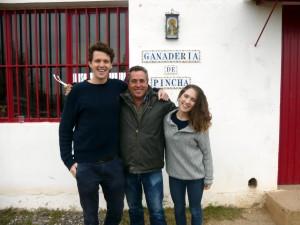 Richard Morley, José Antonio Baigorri y Chloe Drakari-Phillips en la finca del ganadero.