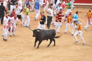 El corredor valenciano recibe un varazo en la plaza de toros de Pamplona el pasado 12 de julio. Fotografía: Larrión-Pimoulier.