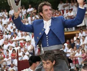 Pablo Hermoso de Mendoza ahombros de su hermano Juan Andrés.