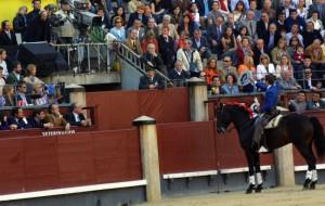 Hermoso, montando a 'Chenel', brinda un toro en Las Ventas.