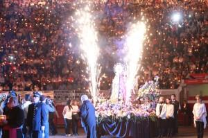 Espectacular imagen de la Virgen de la Macarena en el ruedo de Manizales.