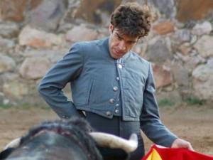 José Tomás toreando en el campo.
