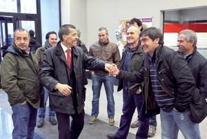 Los pastores del encierro saludan a su compañero 'Chichipán' en los juzgados de Pamplona. Fotografía: José Carlos Cordovilla.