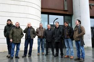 Los pastores del encierro, ayer, a la entrada de la Audiencia de Pamplona. Fotografía: José Carlos Cordovilla.