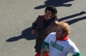 Morante corriendo ante sus novillos el encierro de Puebla del Río. Fotografía: @torosenlaonda.