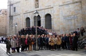 Los socios del Club Taurino de Pamplona en los Carmenlitas Descalzos, a la salida de misa.