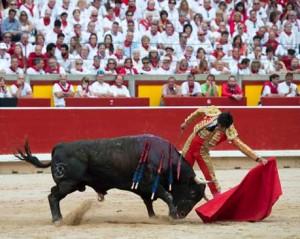 Largo natural de Paulita a un toro de Dolores Aguirre el pasado mes de julio en la plaza de Pamplona.