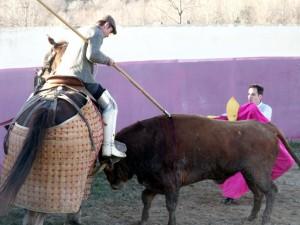 Juan Manuel Sangüesa pica a un serio utrero, con Pablo Simón al quite.