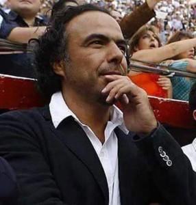 Alejandro González Iñarritu en el callejón de una plaza de toros.