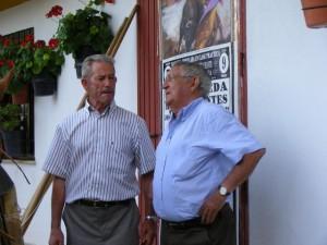 Alfredo García Merchante, a la derecha, conversa con Juan Mercado, también ganadero de Jaén.
