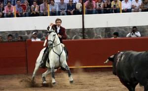 Hermoso hizo debutar enAlpuyeca a 'Chacmat' en el tercio de banderillas; el nuevo caballo siempre había toreado de salida.