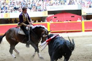 Hermoso, sobre 'Habanero', ejecuta en Medellín una ajustada pirueta.