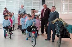José María Ezquerro Campos y Carlos Valiente Hernández (a la drcha de la foto) explican a los niños cómo ensogar un turo. Fotografía: Gener.
