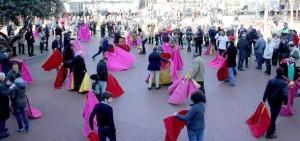 Numerosos aficionados torearon de salón en la calle.
