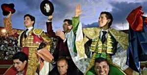 El caballero navarro salió a hombros en Irapuato con sus compañeros de terna, David Silveti y Armillita.