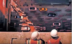 Imagen de dos trabajadores viendo desde lo alto el paso de la manada por las calles de Chicago.