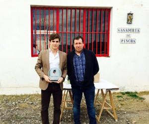 Javier Marín recibió el trofeo Piquillo de Oro de manos de Luis López, asesor artístico de la plaza de Lodosa.