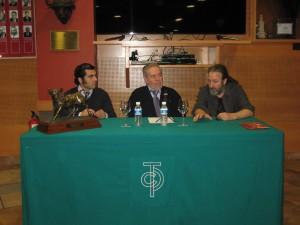 El novillero Francisco Expósito, el vicepresidente del taurino, José María Sevilla, y el director del documental Paco Ganuza en el coloquio posterior al estreno de 'Venticinco'.
