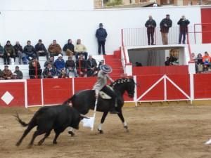 Armendáriz torea con la bandera sobre 'Dandy' al que abrió plaza.