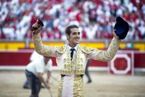 Pepe Moral pasea en triunfo la oreja lograda en Pamplona.