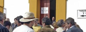 Aficionados a la espera de entrar en la Maestranza de Sevilla.